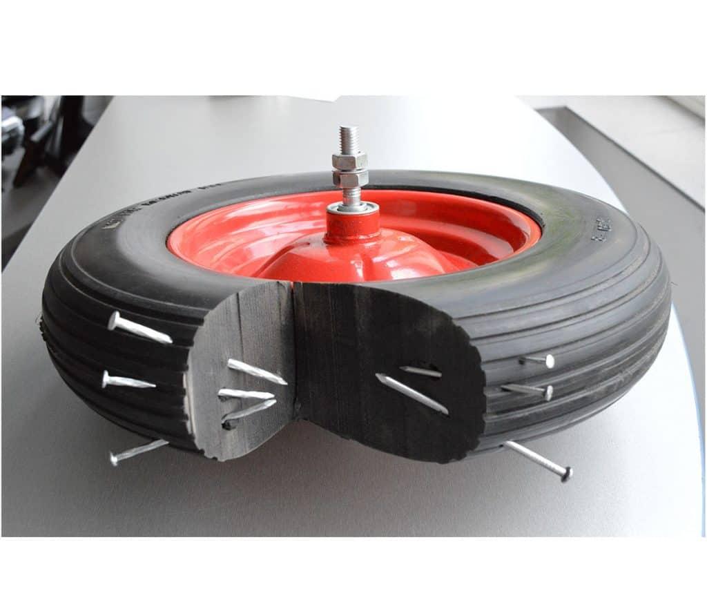 Плътното полиуретаново колело е устойчиво на остри предмети и е подходящо за използване на строителни обекти.