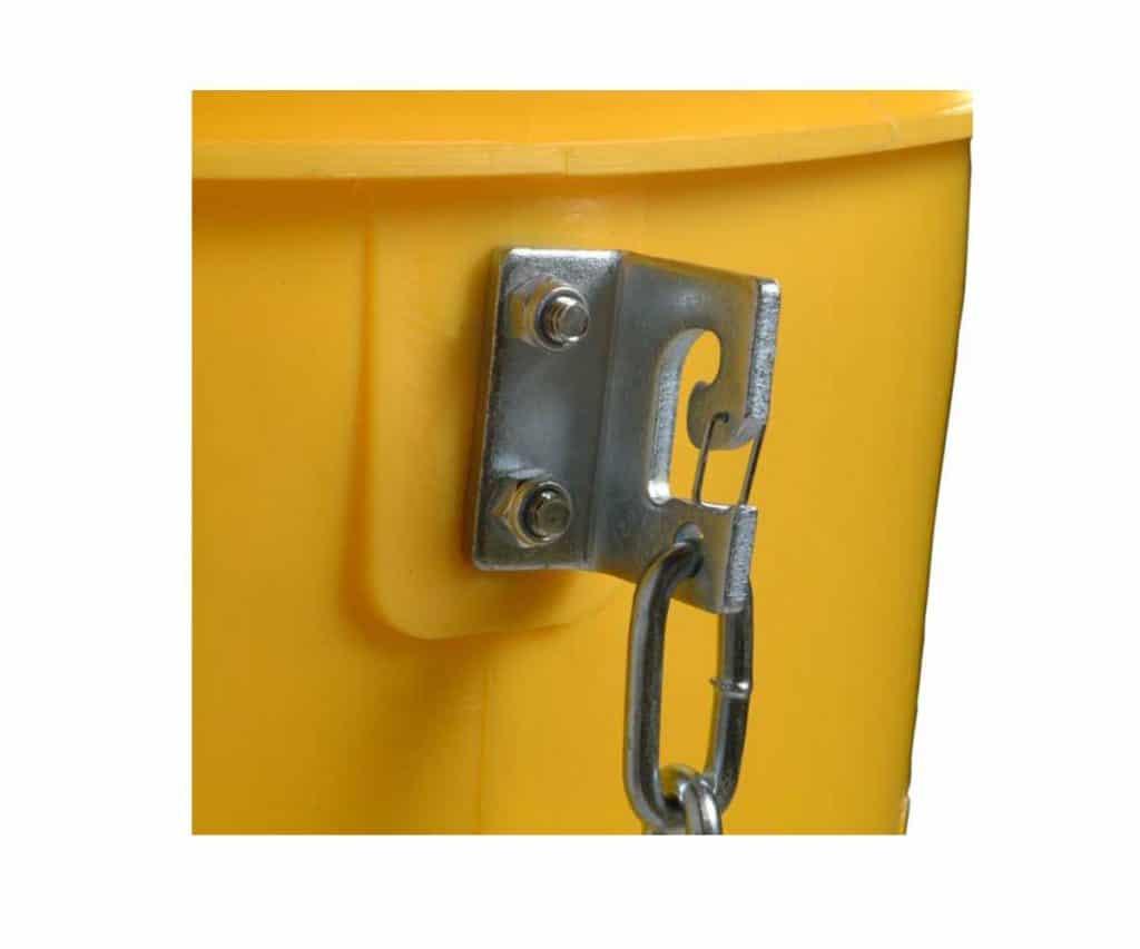 Метална скоба закрепена странично на улея с верига.