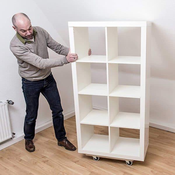 Мобилна поставка, правоъгълна в процес на използване за пренасяне на мебел.