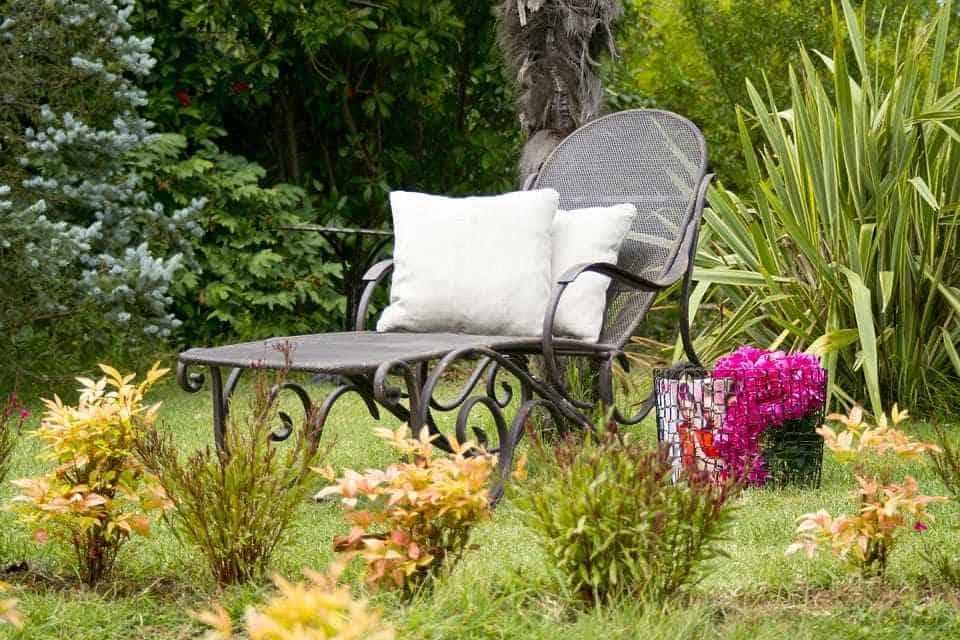 Освежете двора и дома си, декорирайте градината. Може да оформите алеи с цветя.