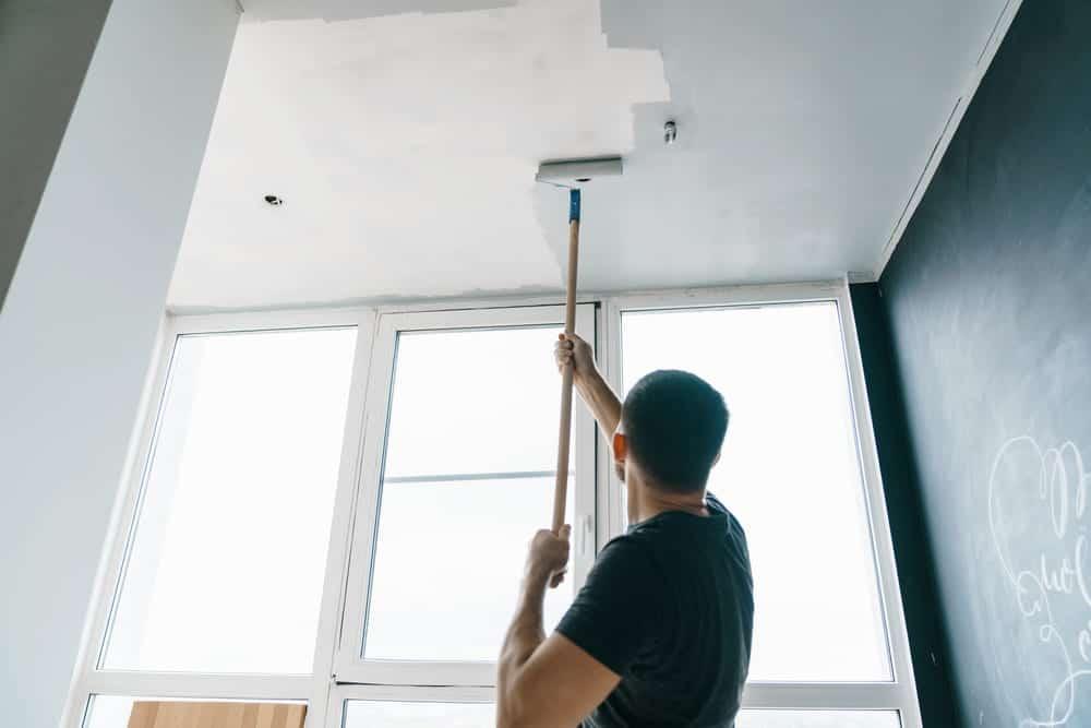 Боядисването на тавана е завършващата част от целия процес на поставянето на топлоизолация.