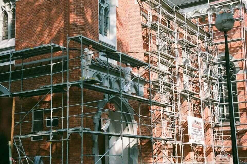 Фасадните скелета позволяват извършването на различни ремонтни дейности по фасадите на сгради