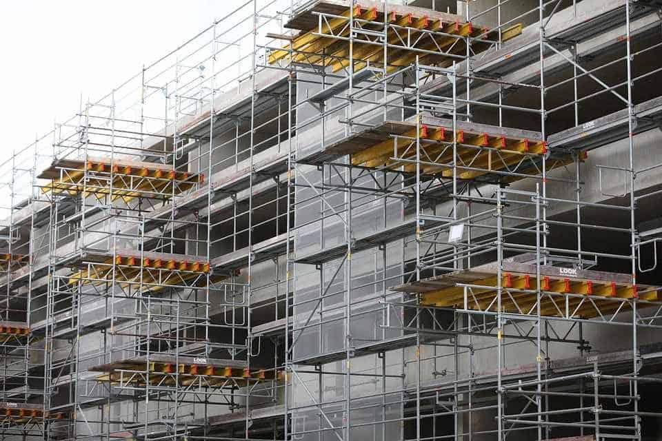 Взависимост от работната височина на скелето, то трябва да се анкерира за корпуса на сградата.