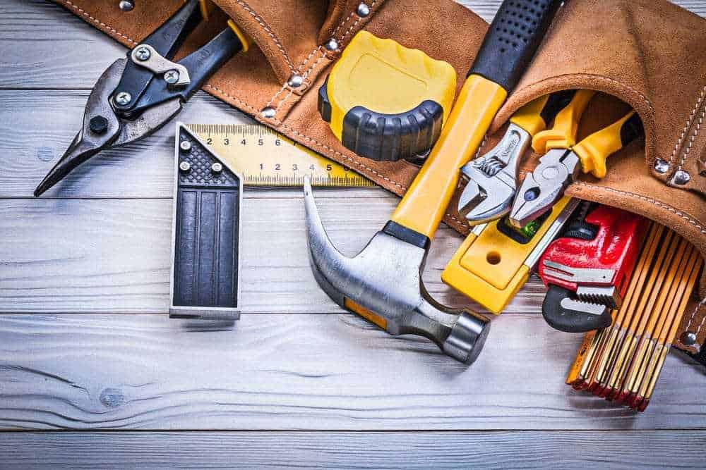Инструментите, които се ползват най-често са: ролетка, макен нож, ножовка, инструменти за шпакловка, дрелка и др.