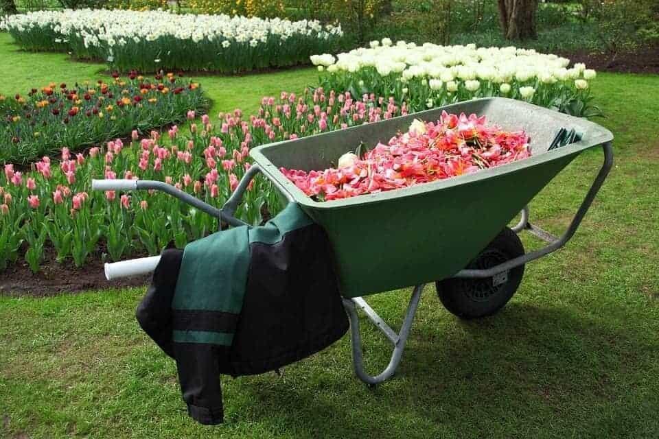 Ръчна количка с едно колело и голям кош. Има специална тръбна конструкция за по-добра устойчивост.