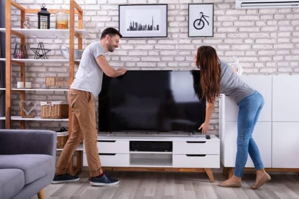 има ли видимост към телевизора мъж и жена