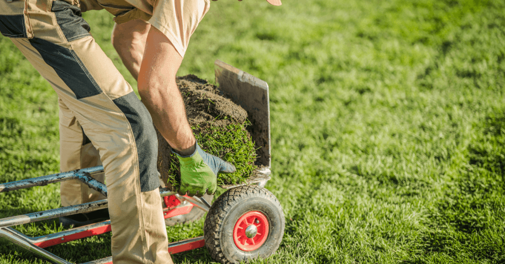Градинар използва транспортна количка