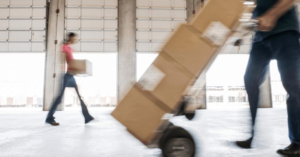 Работник бута транспортна колика с кашони