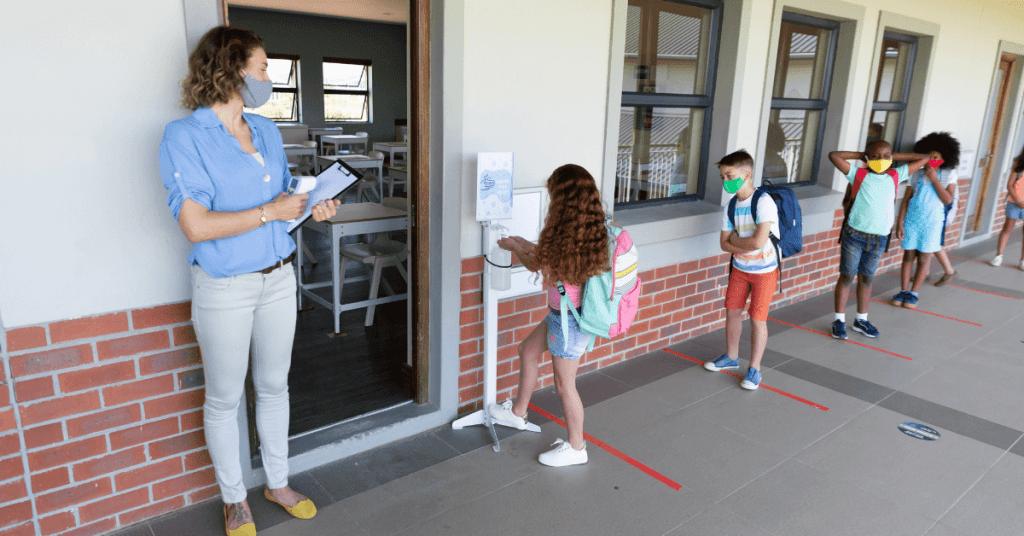 Стойка за дезинфектант в училище