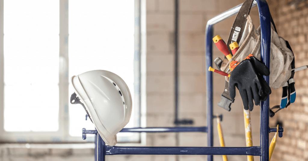 Инструменти за домашен ремонт окачени на скеле.