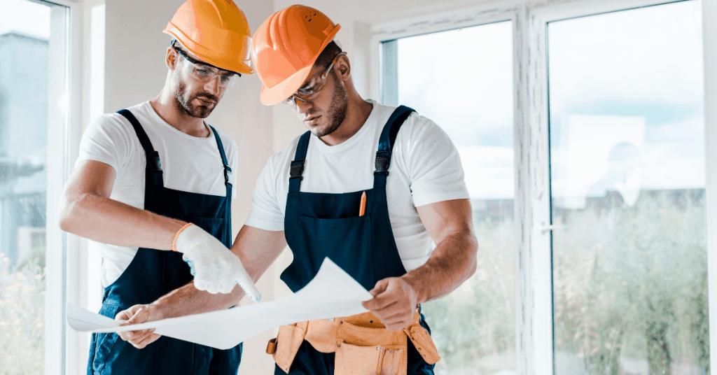Майстори правят планиране на ремонта