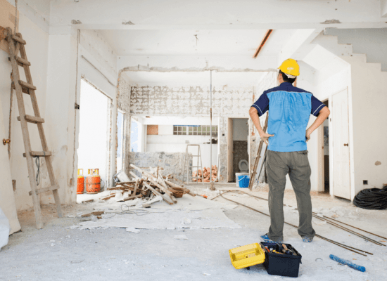 Майстор в къща след основен ремонт
