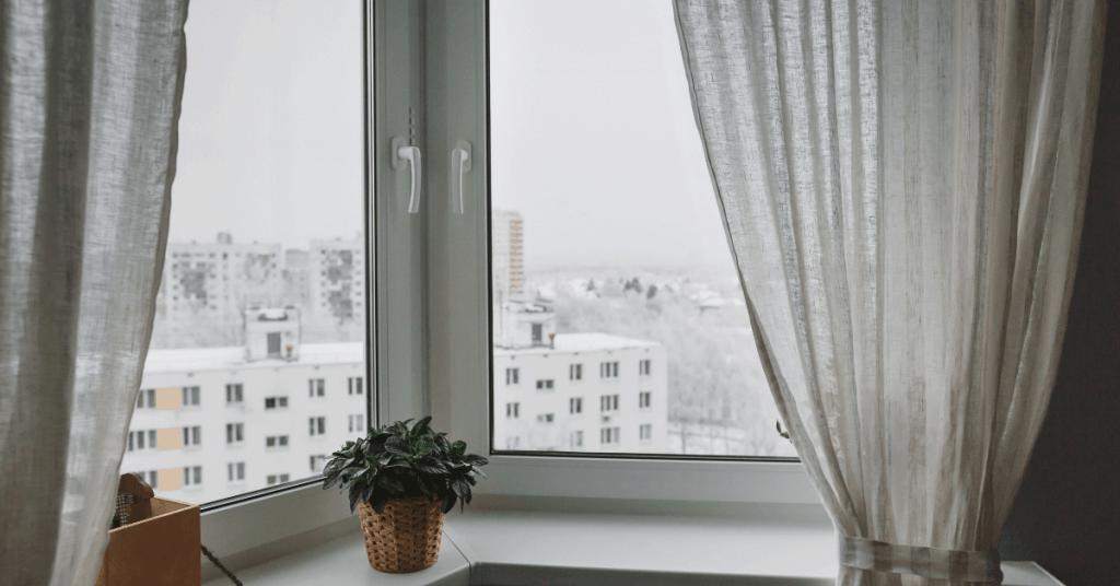 Поглед през прозорец през зимата