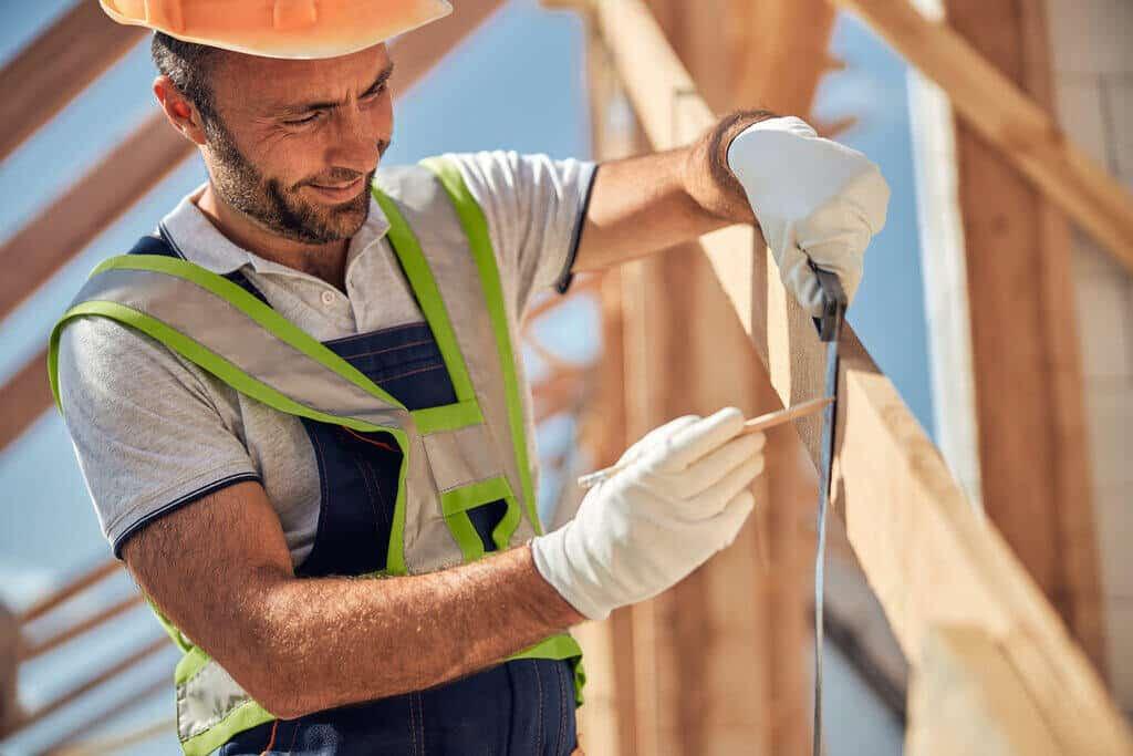 Работник взема размери на покрив
