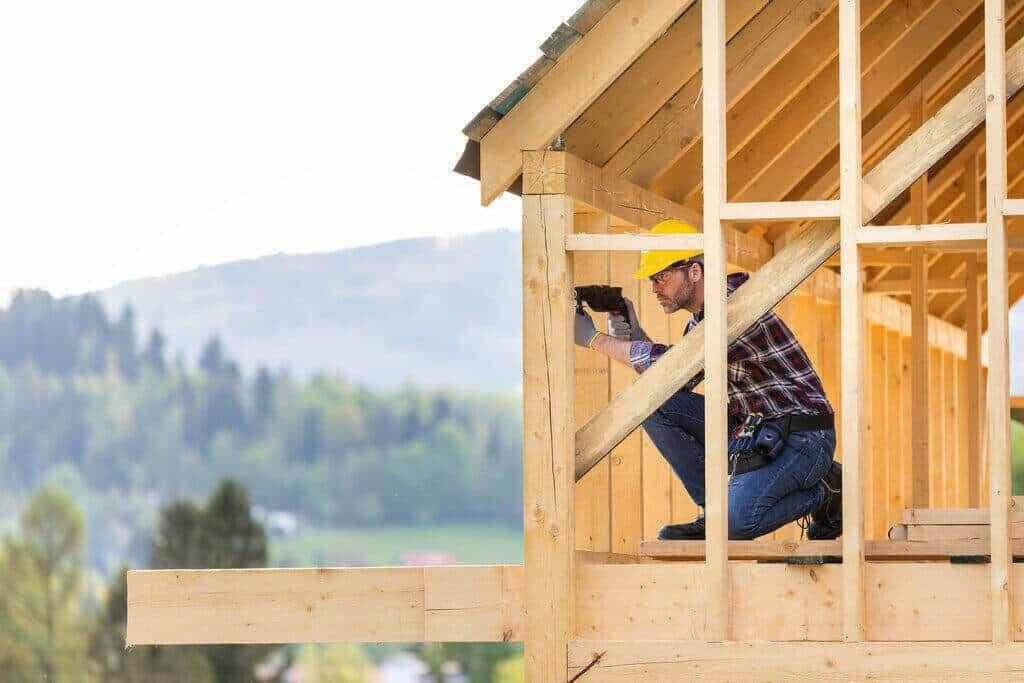Строителен работник работи по покрив