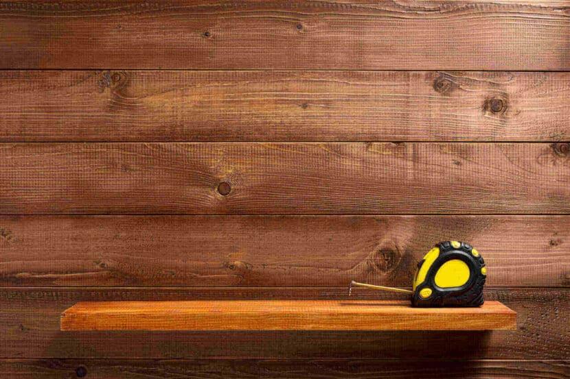 Дървена етажерка с ролетка върху нея