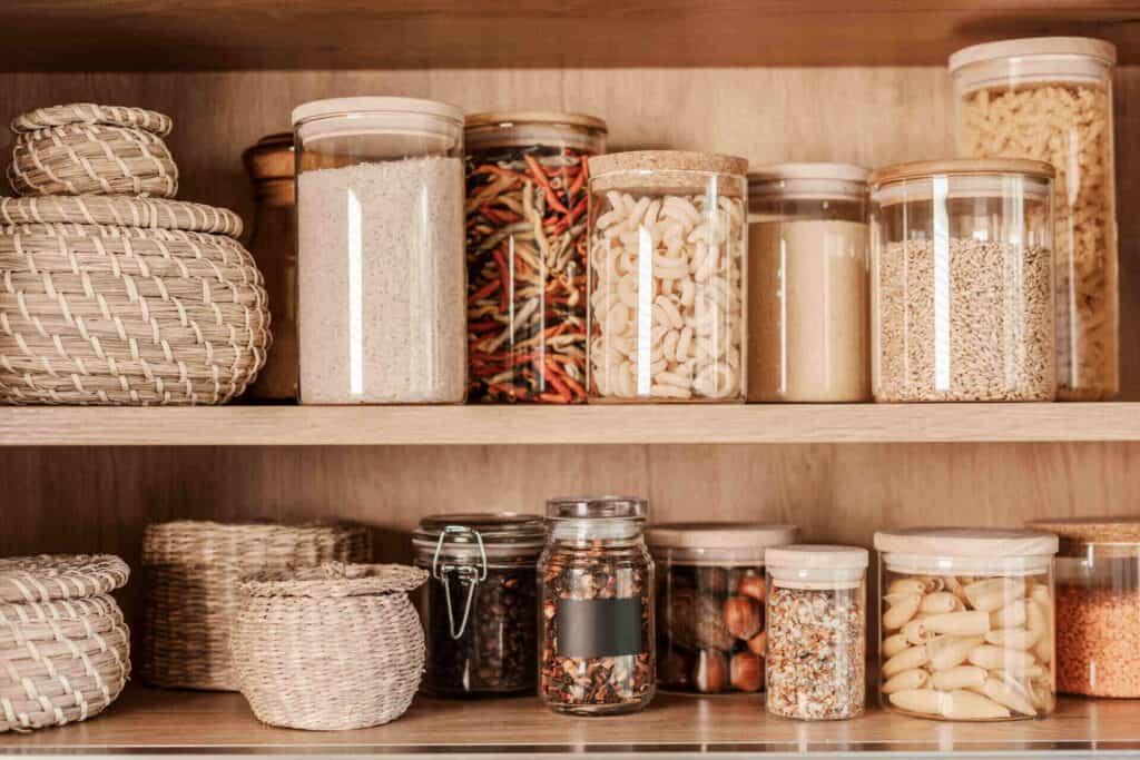 Буркани с подправки във кухненски шкаф